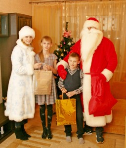 Семьи работников УКП «Жилкомхоз» поздравили Дед Мороз и Снегурочка